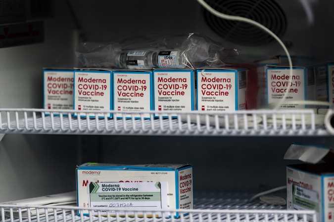 Cien millones de vacunas contra covid en 100 días no nos hará volver a la normalidad